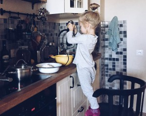 ребенок готовит